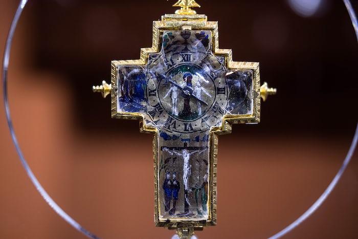Rock crystal crucifix form watch