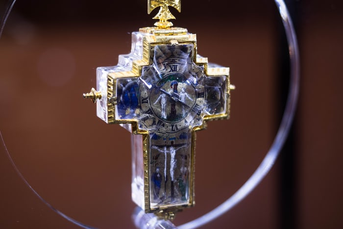 Rock crystal crucifix form watch