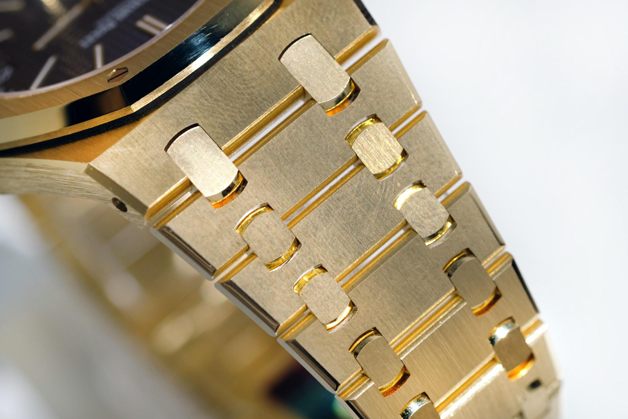 royal oak audemars piguet yellow gold bracelet Hands-On: The Audemars Piguet Extra-Thin 'Jumbo' Royal Oak Reference 15202 In Yellow Gold Hands-On: The Audemars Piguet Extra-Thin 'Jumbo' Royal Oak Reference 15202 In Yellow Gold jumbo 02