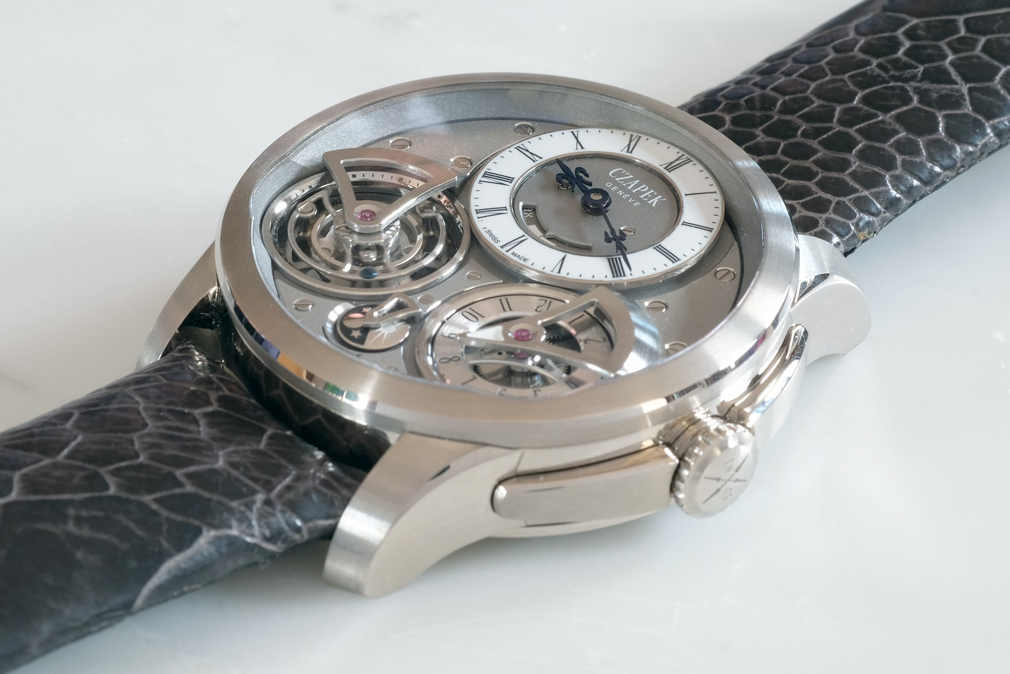 <p>This is a large watch, but not an ungainly one.</p>