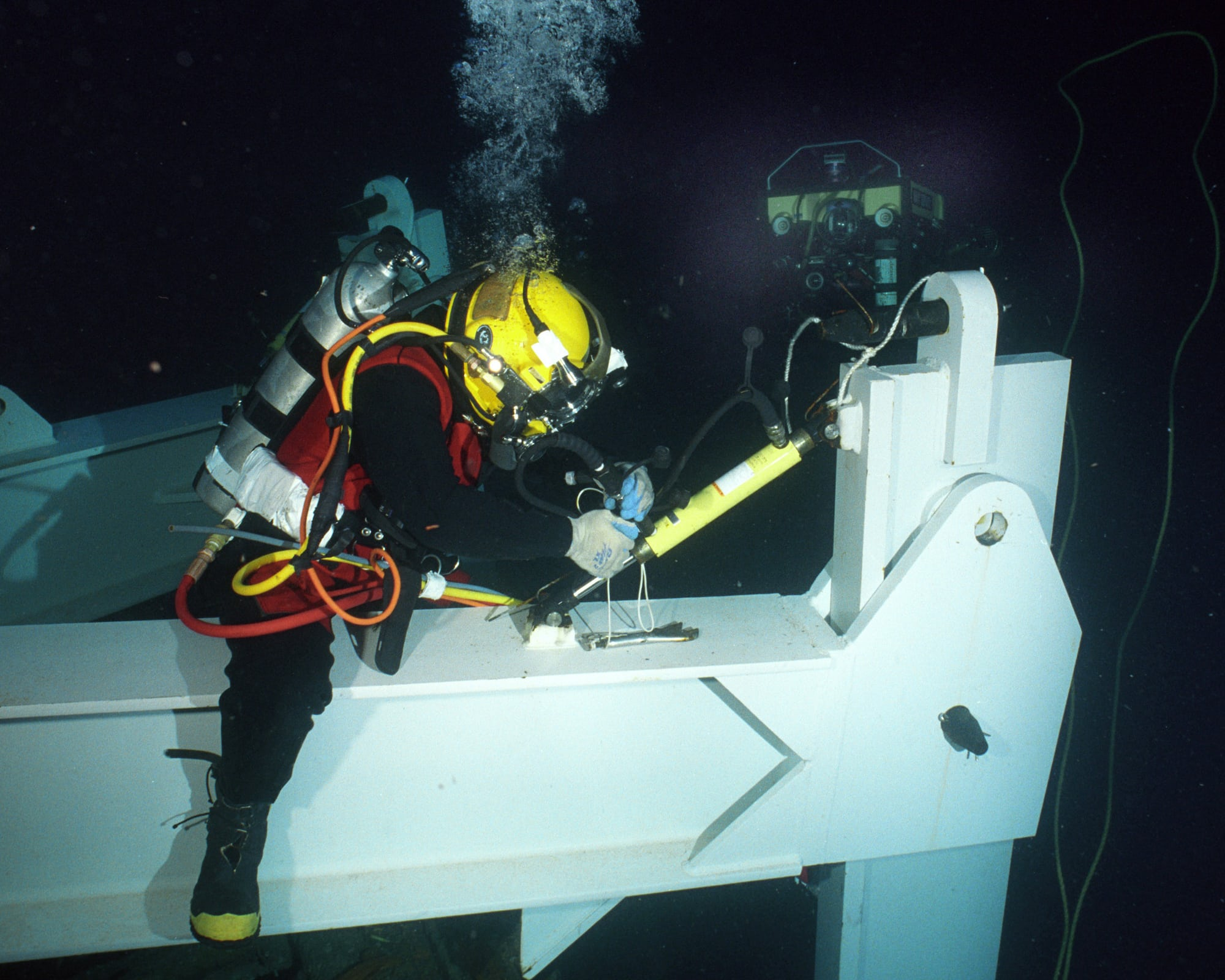 saturation diver at work technical perspective: what saturation diving really means (and what watchmakers do about it) Technical Perspective: What Saturation Diving Really Means (And What Watchmakers Do About It) US Navy 020723 N 7479T 002 Navy diver conducts deep sea salvage operations 1