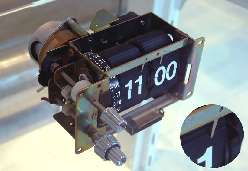 split flap clock with synchronous electric motor