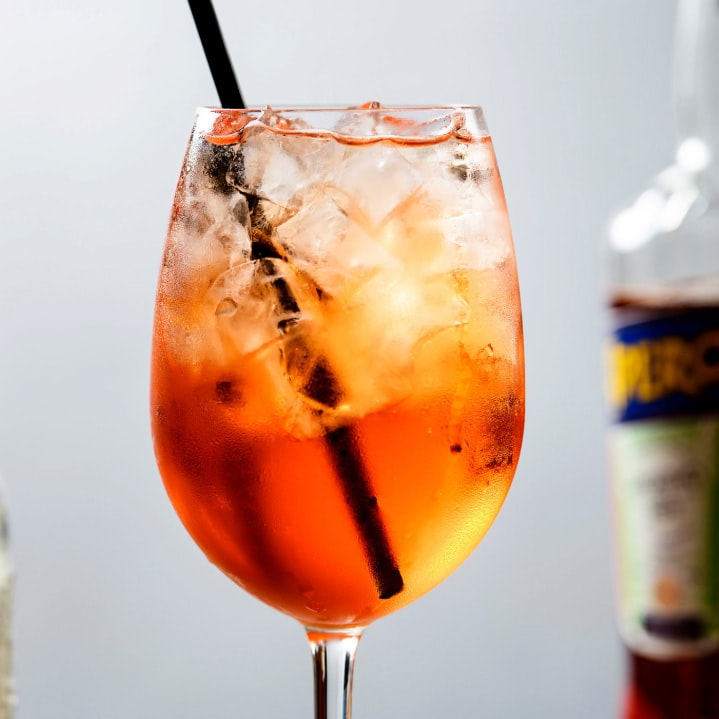 Weekend Round-Up: Summer Cocktails, Hitchcock's Architecture, And Living On The Moon spritz