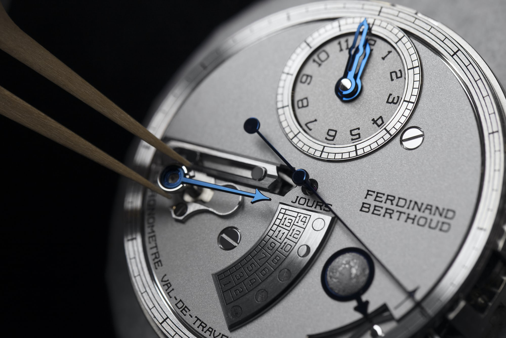 <p>Mounting the moonphase hand.</p>